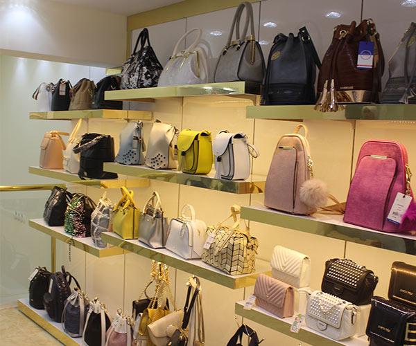 çanta mağaza dekorasyonu raf tasarımı