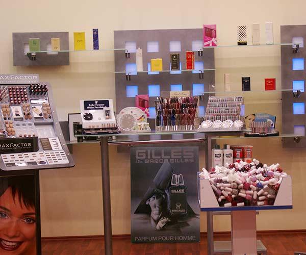 kozmetik mağaza dekorasyonu, kozmetik mağaza rafları, kozmetik mağazası raf sistemleri, kzmetik mağaza raf sistemleri izmir
